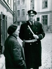 A police inspector talking to an old woman, 1972.