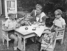 "Johan Jonatan ""Jussi"" Björling's wife sitting on ground with children."