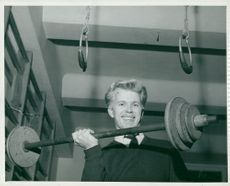 Seamen's Institute. Ewald Forssten, 20-year-old chef, takes a lifting bar with the barbell