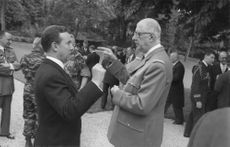 Charles  de Gaulle pointing and talking to man
