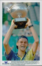 Gustavo Kuerten wins French Open.