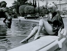 Margareta Ekstedt sit by the fountain in Nice.