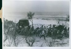 Soldiers pulling something in the field during Tyskland war.
