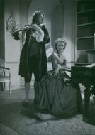 A scene from Kungajakt showing Hugo Björne playing the flute while Inga Tidblad plays the piano. 1944.