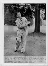 Portrait of the golfer Henry Cotton in action - 28 October 1947
