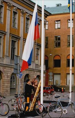The Russian flag is officially raised in Stockholm when the first Deputy Prime Minister, Gennadij Burbulis, came to visit.