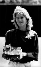 Steffi Graf celebrates its 20th birthday with cake. In addition, she plays the Wimbledon tournament.
