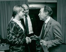 Dudley R. Herschbach with her daughter Brenda and biochemist Stanley Cohen after arriving at Arlanda