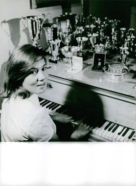 Guyonne Dalle is playing the piano.