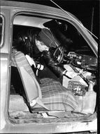 When Sweden asleep, they work 'VDN labeled' radio officers in silence. In the authentic picture shows how the policeman maintenance will transform how some youths 'thief linked' car.