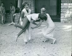 Perrette Pradier, Marie-France Pisier and Gisèle Sandré trying to lift each other.