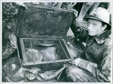 Archaeologist Sven Bongtson at the coffin found on Tuesday night. Inside the coffin, the worn-out hat and the short-haired panties appear.