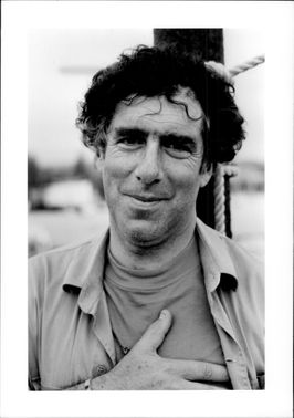 Black and white photography of American actor Elliott Gould.