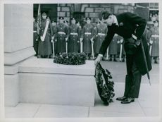 Earl Haig, Laying a Wreath on his Father's statue, after the unveiling.