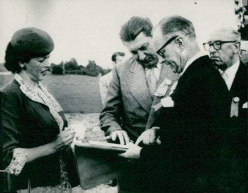 The tribal monument is inaugurated at Rottneros. Ambassador Butterworth with wife in conversation with governor Axel Westling and major Svante Påhlson