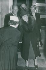 Louise Mountbatten visits Pro Patria and is seen here by Sister Ebba Andersson. In the background, surgeon Holmgren