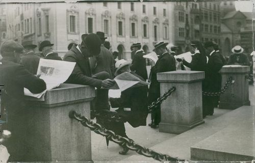 Peoples are reading newspaper standing on a avenue, 1914.