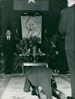 A Vietnamese knee bend at the ceremony of Ho Chi Minh in Paris