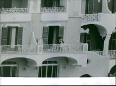 Woman cleaning the balcony of Carlos Hugo, 1964.