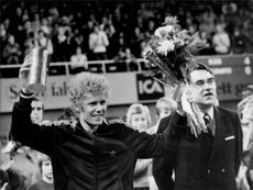 Winner Mark Cox after the Stockholm Open Final. To the right see former tennis star Curt Nielsen