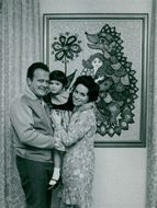 Gunnar Hellström with his wife Pamela and their daughter Evelyn in front of the painting of Pamelas paintings