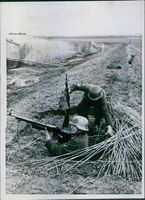 Maasdelta leave the natural obstacles, water and reed only the position building on the dikes and small islands. Here, too, our grenadiers manage the difficulties of the terrain. Men of a naval battalion in the guard holes on the dikes.