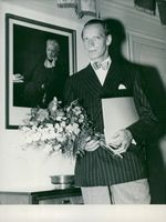 """Uno Henning with flower bouquet and the extraordinary award for the performance of Lieutenant Jodl in the """"Attentat"""""""
