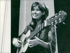 """Åse Kleveland a beautiful Norwegian played her guitar and sang as a guest in T.V program """"Gran Premio""""."""