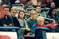 Woody Allen och Soon-Yi i pubilken på en basketmatch
