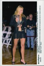 "The tennis player Anna Kournikova wakes up with his crochet creation at the ""Level"" club in Miami"