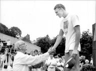 The swimmer Per Johansson is congratulated by award winner Arne Borg for the 100m profit free under Sim-SM 1982