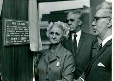 Mrs. Mollie Gooch unweils a plaque in the Edwin Gooch Behind her is Mr. Woodcock and on the right is Mr. Hazell.