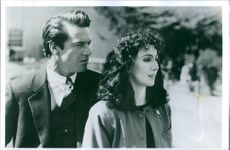 Dennis Quaid and Cher from  American mysterie film Misstankt(1987)
