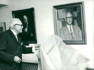 Director Bertel Linder unveils the portrait of Prof. Gunnar Tideström.