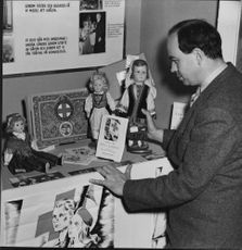Dr. Ivar Schnell organizes Kungsdammen's Red Cross booth from the local girls' school - 1 October 1944