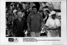 Muhammad Ali gets back the Olympic medal by Juan Antonio Samaranch in connection with the Atlanta Basketball Final.
