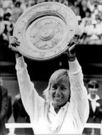 Martina Navratilova holds up the trophy after winning in Wimbledon in 1986