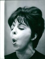 Carol Sloane blowing a kiss.