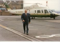 Mohamed Al-Fayed flyger in till London med sin sikorsky helikopter