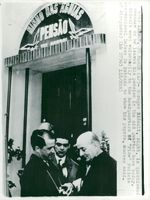 Georges Bidault (t.h.) outside the pension in Lisbon where he entered the trip from West Germany