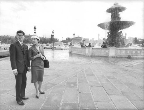 Empress Michiko and Emperor Akihito of Japan in front of a fountain.