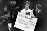 Tennis player Stefan Edberg, with a $ 5,000 check for the cancer fund