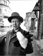 Bank Bid reserve captain Alf Andrell after the robbery in which a young woman struck honnom