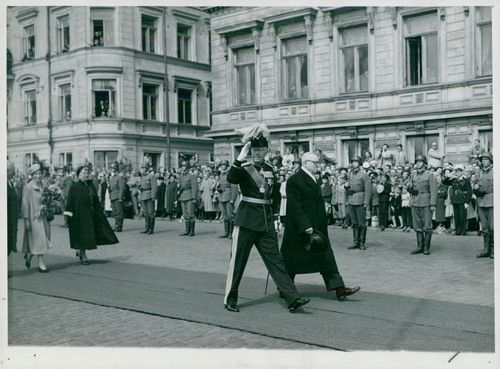 The King of Sweden King Kung Gustaf VI Adolf and Queen Louise visit Finland in 1952. The Swedish royal couple together with the Finnish presidential couple on their way to the castle.