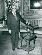 Rector Gunnar Hoppe was given a bar cabinet in model of a globe from the Student Union