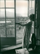 Michèle Morgan standing on door.