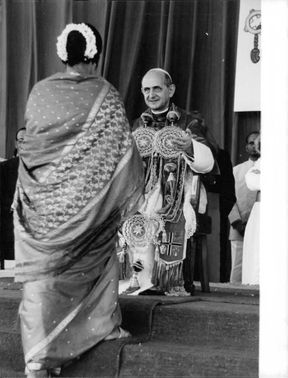 Pope Paul VI standing and talking to an Indian woman.