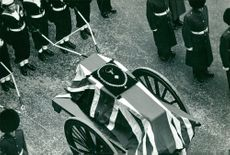 Soldiers with cart with Winston Churchill´s casket.
