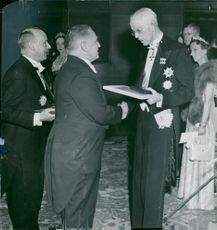 King Gustaf V handed the check, diploma and medal to the prize winner of physics Edward Appleton. Behind him is French ambassador Gabriel Puaux, who received André Gide's prize