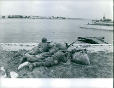 Soldiers preparing to fire a gun during Bizerte Crisis, 1961.